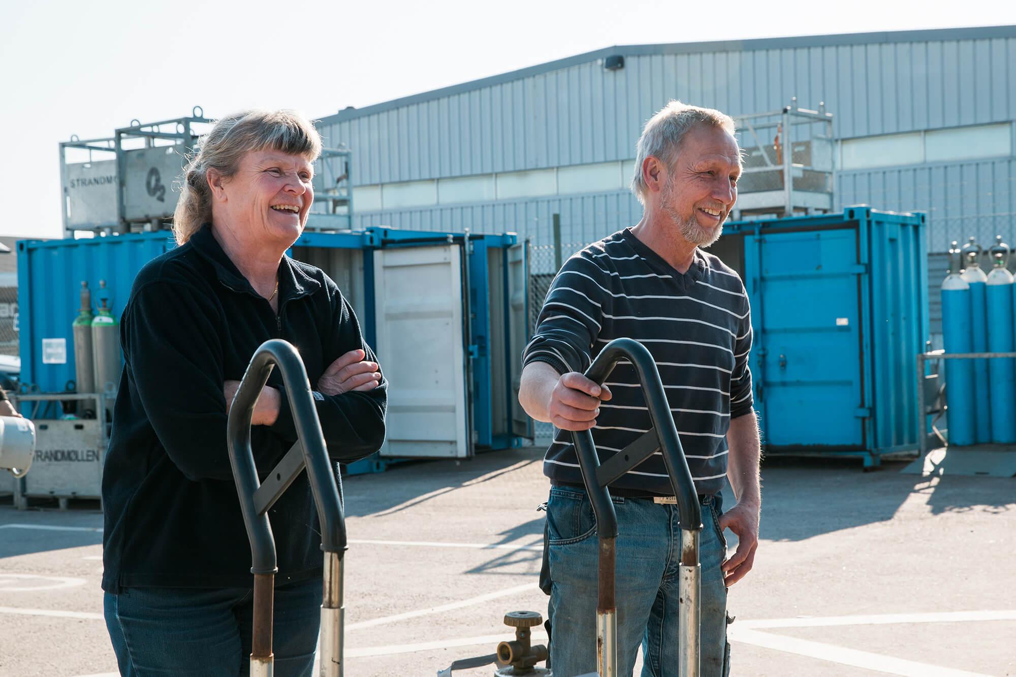 Man och kvinna vid gasolfyllarnas station