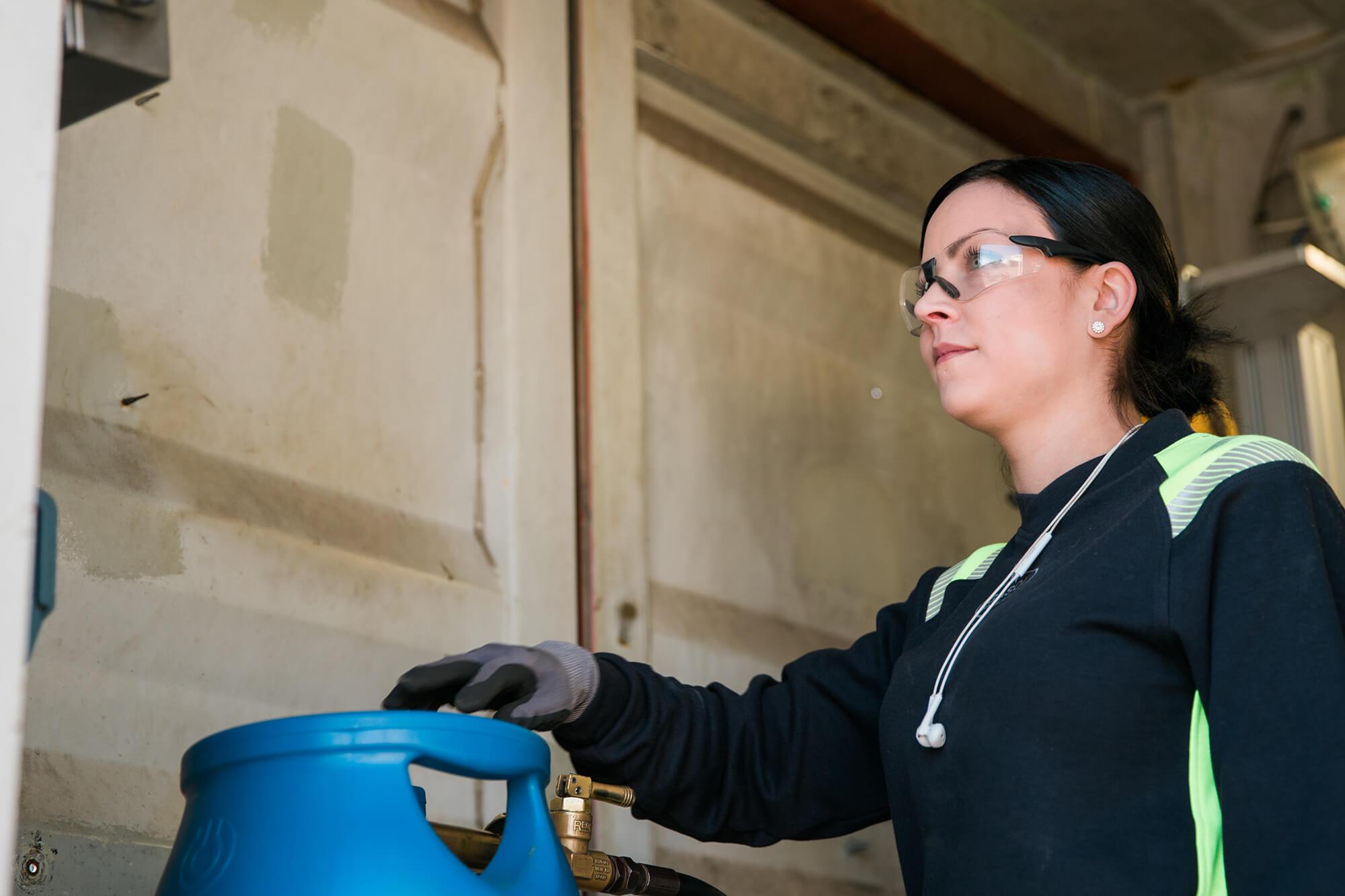 Kvinna med gasolflaska