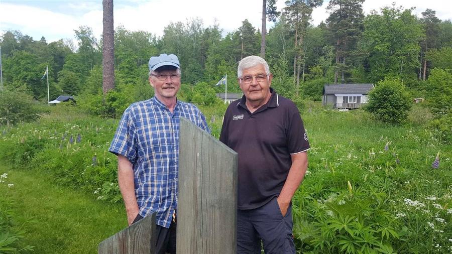 Två män i ett grönskande landskap