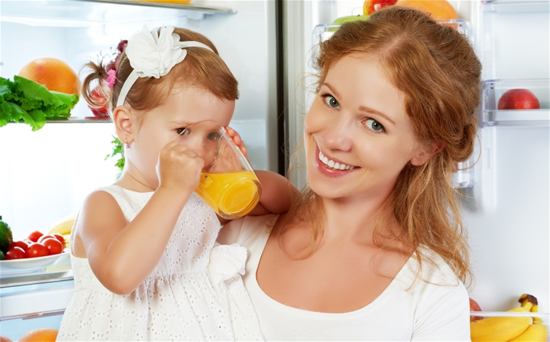 Mamma och barn dricker juice