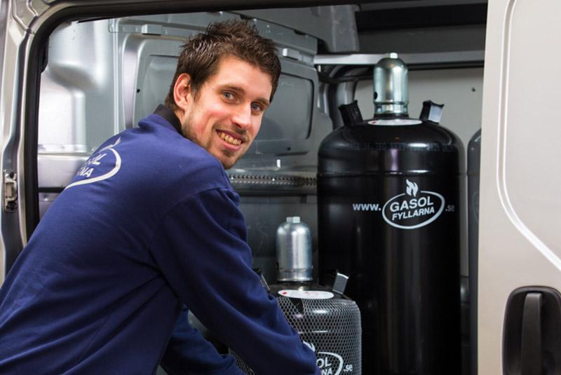 Anställd på Gasolfyllarna med gasolflaska